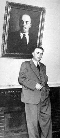 Энвер Ходжа в своем рабочем кабинете дома. 1960 год.