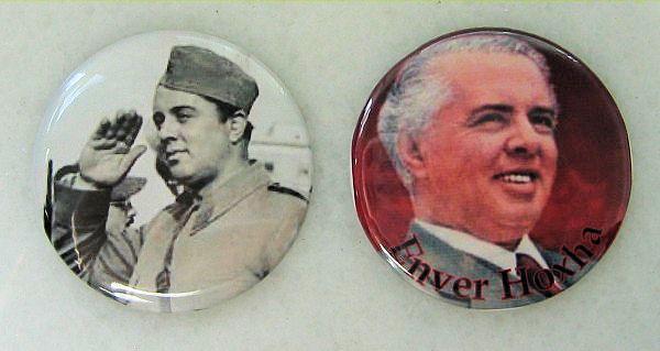 Современные магнитные значки с изображением Энвера Ходжа.