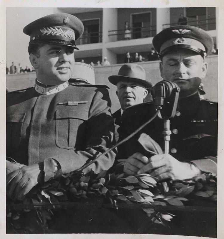 Главнокомандующий Албанской Национально-освободительной армией товарищ Энвер Ходжа принимает в Тиране военный парад по случаю первой годовщины освобождения страны от немецко-фашистских захватчиков и победы народной революции
