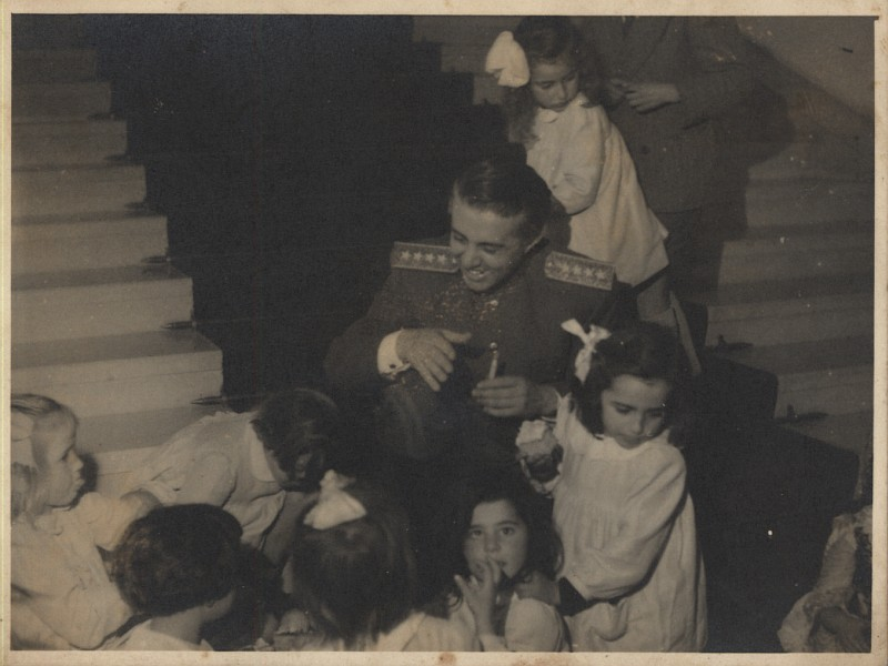 Энвер Ходжа с воспитанниками детского дома