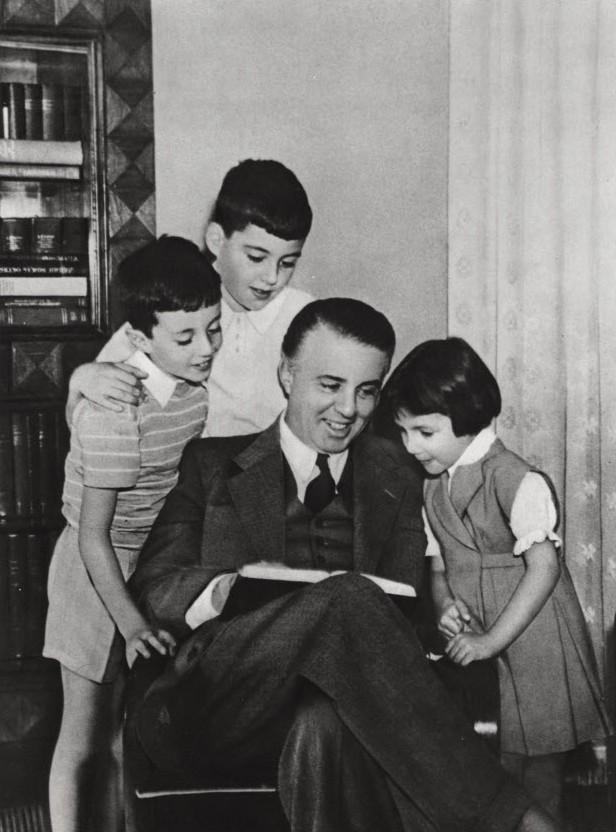 [Изображение: enver_hoxha_with_children_1958.jpg]